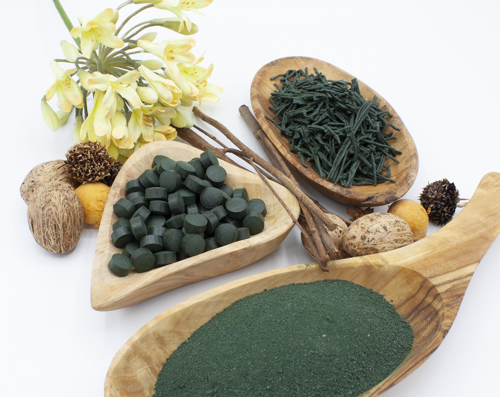 Vari formati di alga spirulina